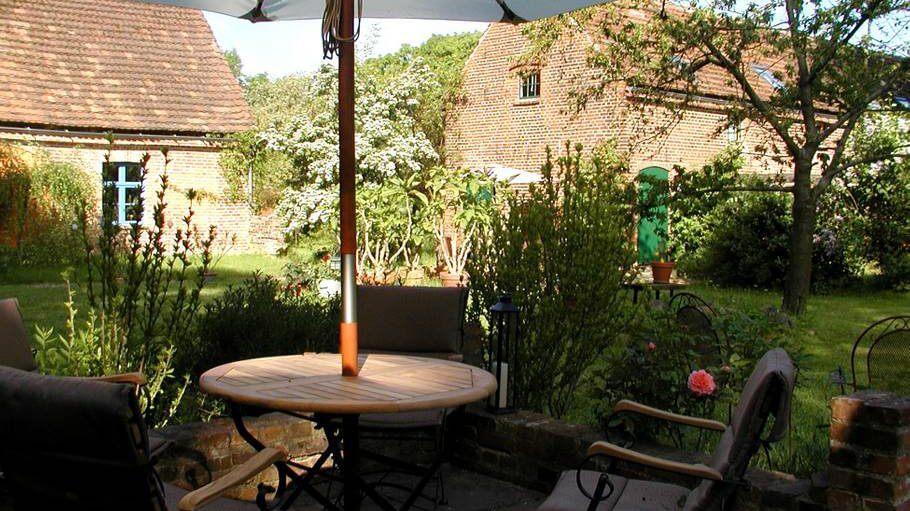 Einer der vielen Sitzplätze im Garten. | Ferienwohnungen Müritz - Alte Ziegelei