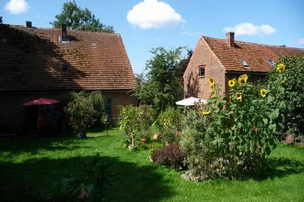 Garten mit beiden Häusern. | Ferienwohnungen Müritz - Alte Ziegelei