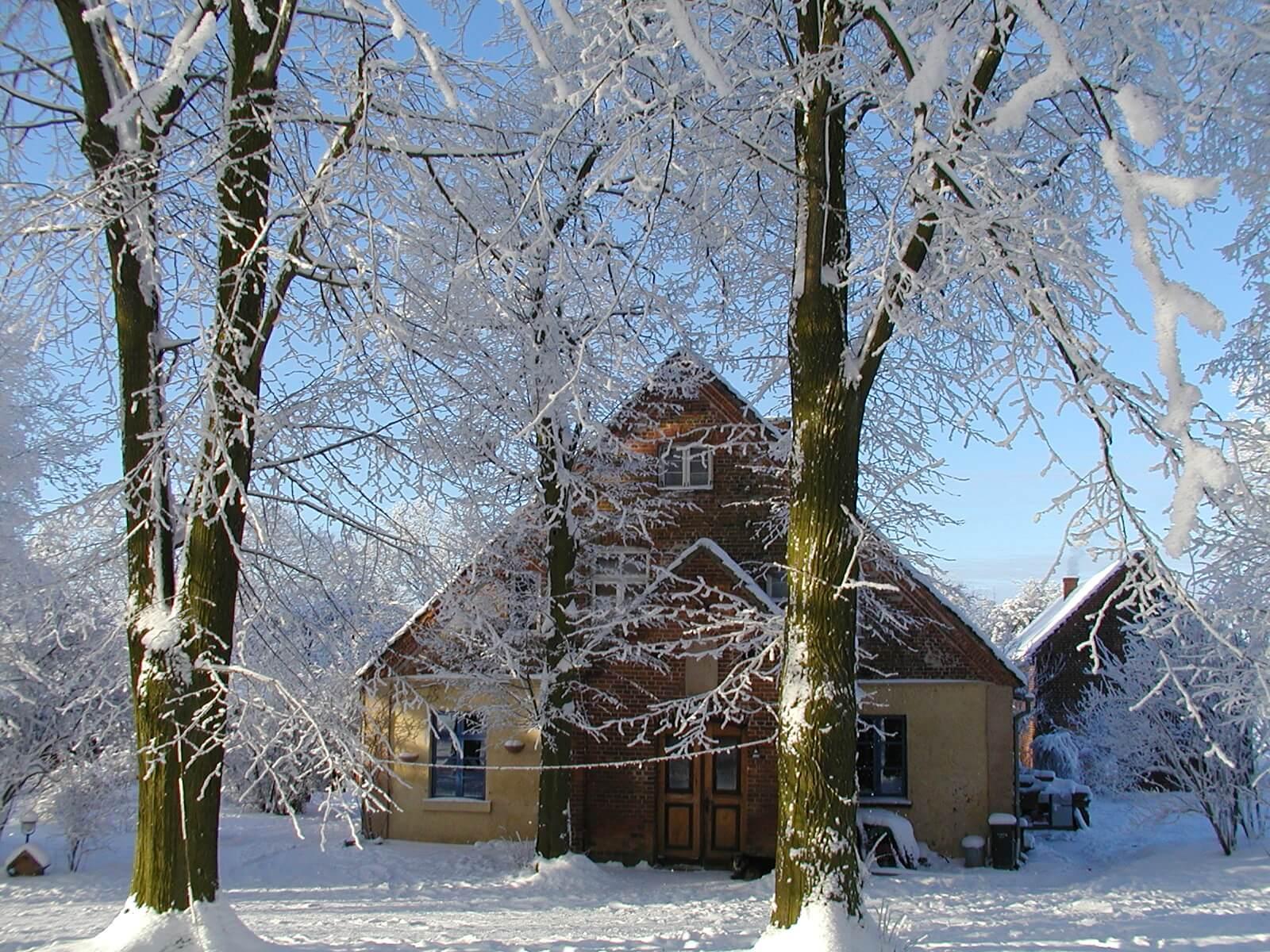 Wohnhaus der Gastgeber im Winter. | Ferienwohnungen Müritz - Alte Ziegelei