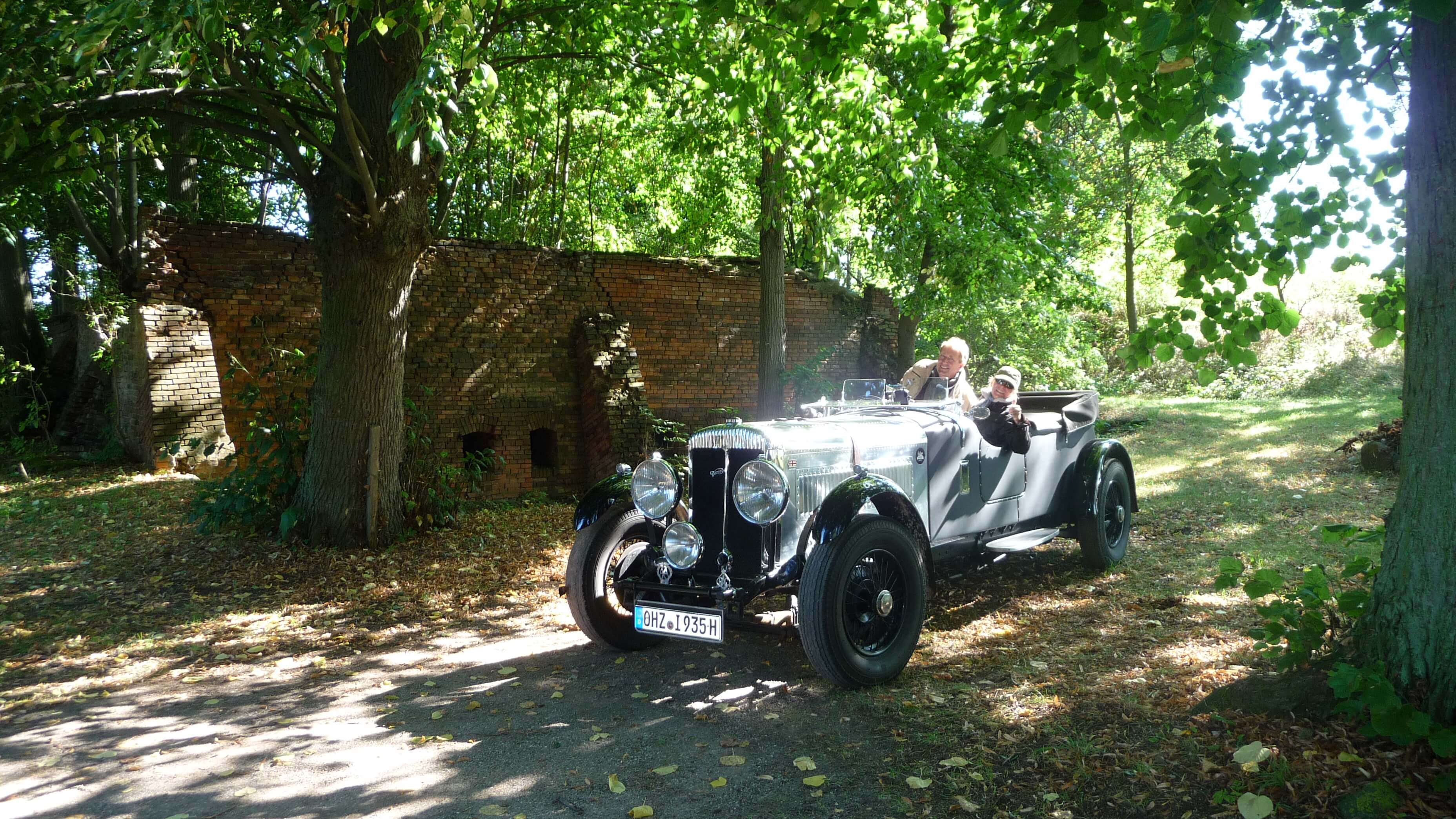 Gäste mit Oldtimer. | Ferienwohnungen Müritz - Alte Ziegelei